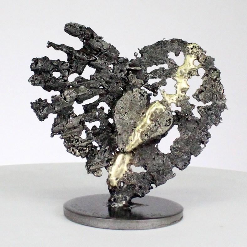 Dai cuori ai cuori - Scultura cuori in acciaio su cuori in metallo ottone - From hearts to hearts - Steel hearts sculpture on brass metal hearts