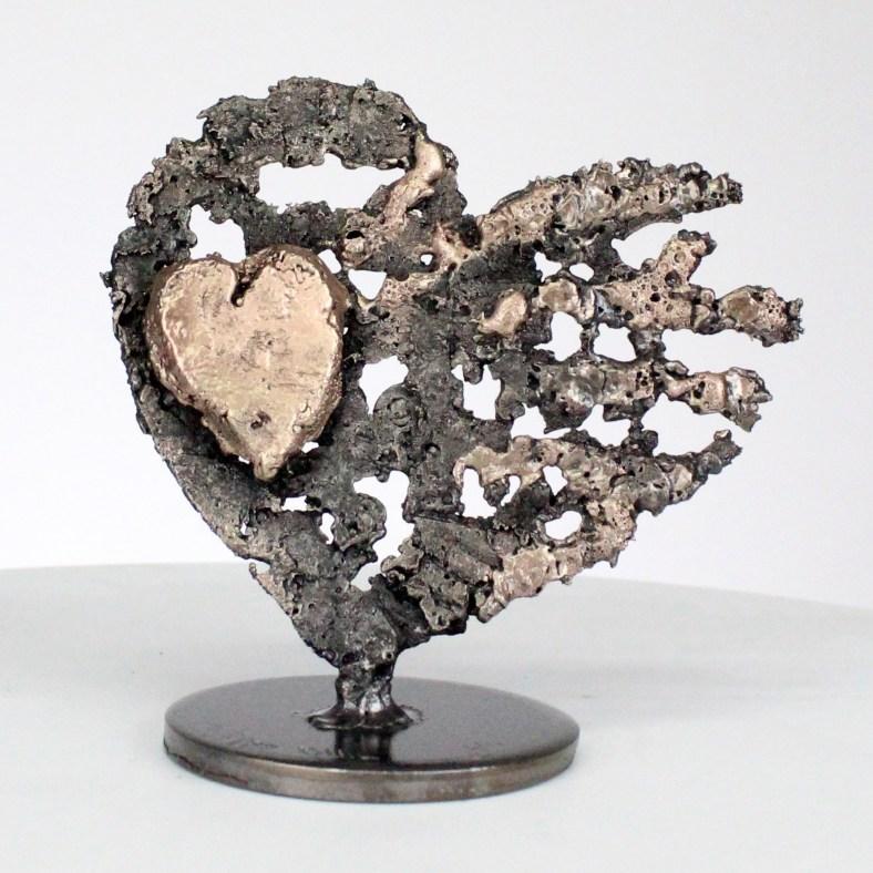 Di cuori su cuore - Scultura cuori in acciaio su cuore in metallo bronzo - Of hearts on heart - Sculpture steel hearts on bronze metal heart philippe Buil