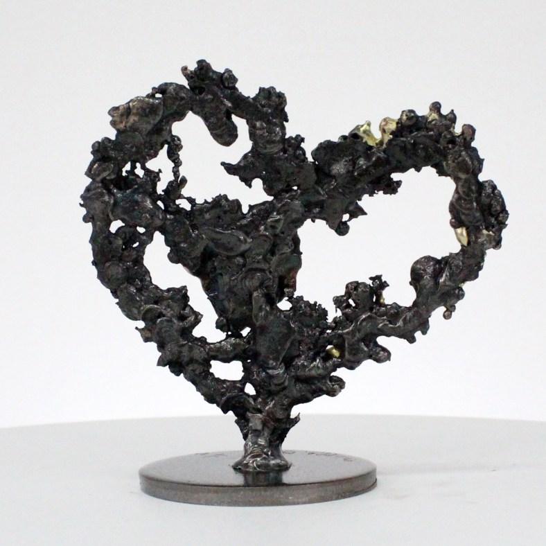 De coeurs sur coeur - Sculpture coeurs acier sur coeur métal bronze laiton - Of hearts on heart - Sculpture steel hearts on bronze brass metal heart philippe BUIL