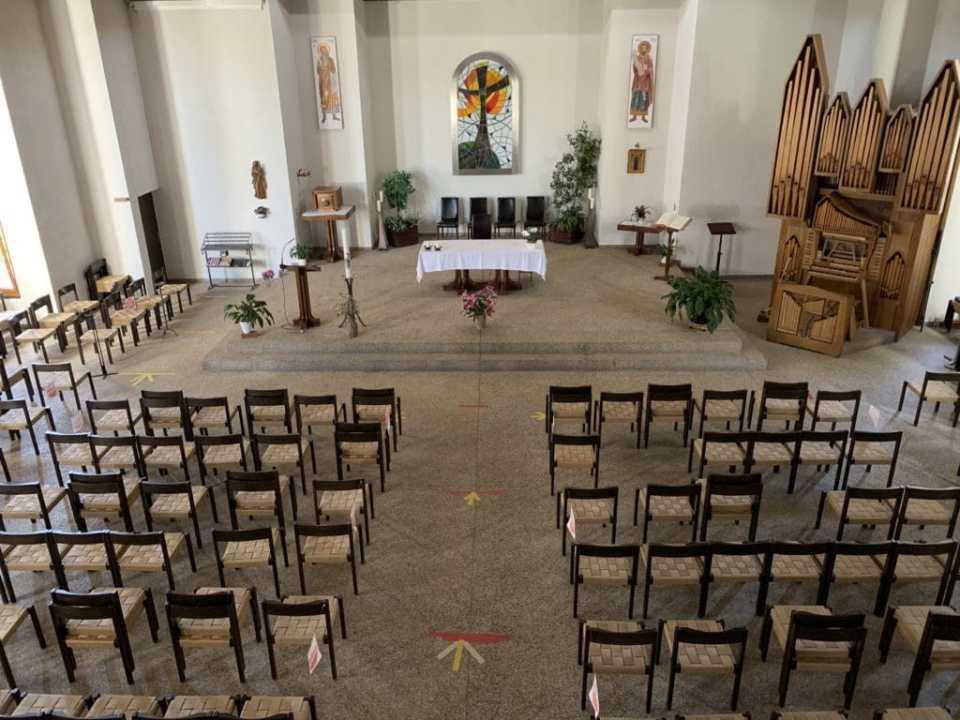 Photographie de l'église de la Visitation, dans le Centre Paroissial Œcuménique de Meyrin.