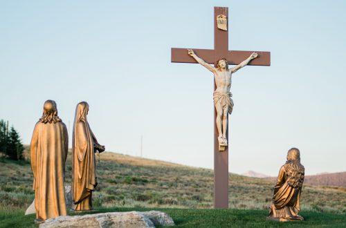 Statues de femmes au pied de la croix