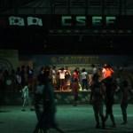 CNE1のドリキングパーティでダンスを踊る生徒たち