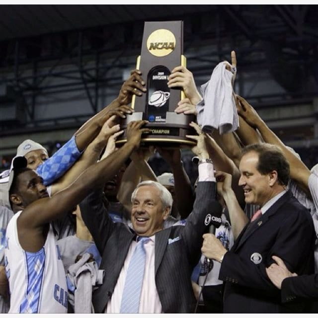 Roy Williams holds up the championship trophy with his 2009 Tarheels