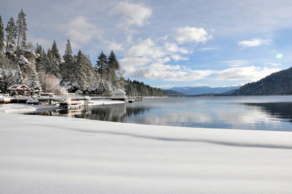 Snow-cover-lake-tahoe