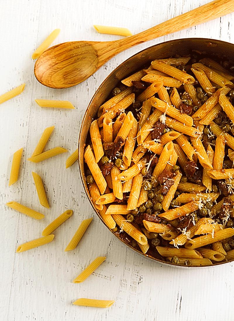 Pasta with ham and green pea sauce - penne prosciutto e piselli