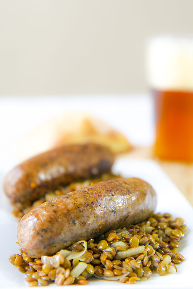 Braised sausages with green lentils