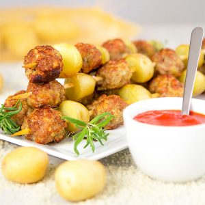 SAUSAGE SKEWERS with baby potatoes and blue cheese