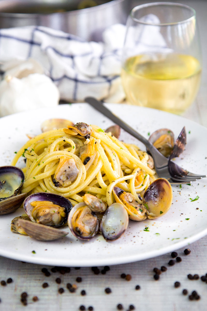 WHITE CLAM SAUCE LINGUINE with garlic and fresh parsley