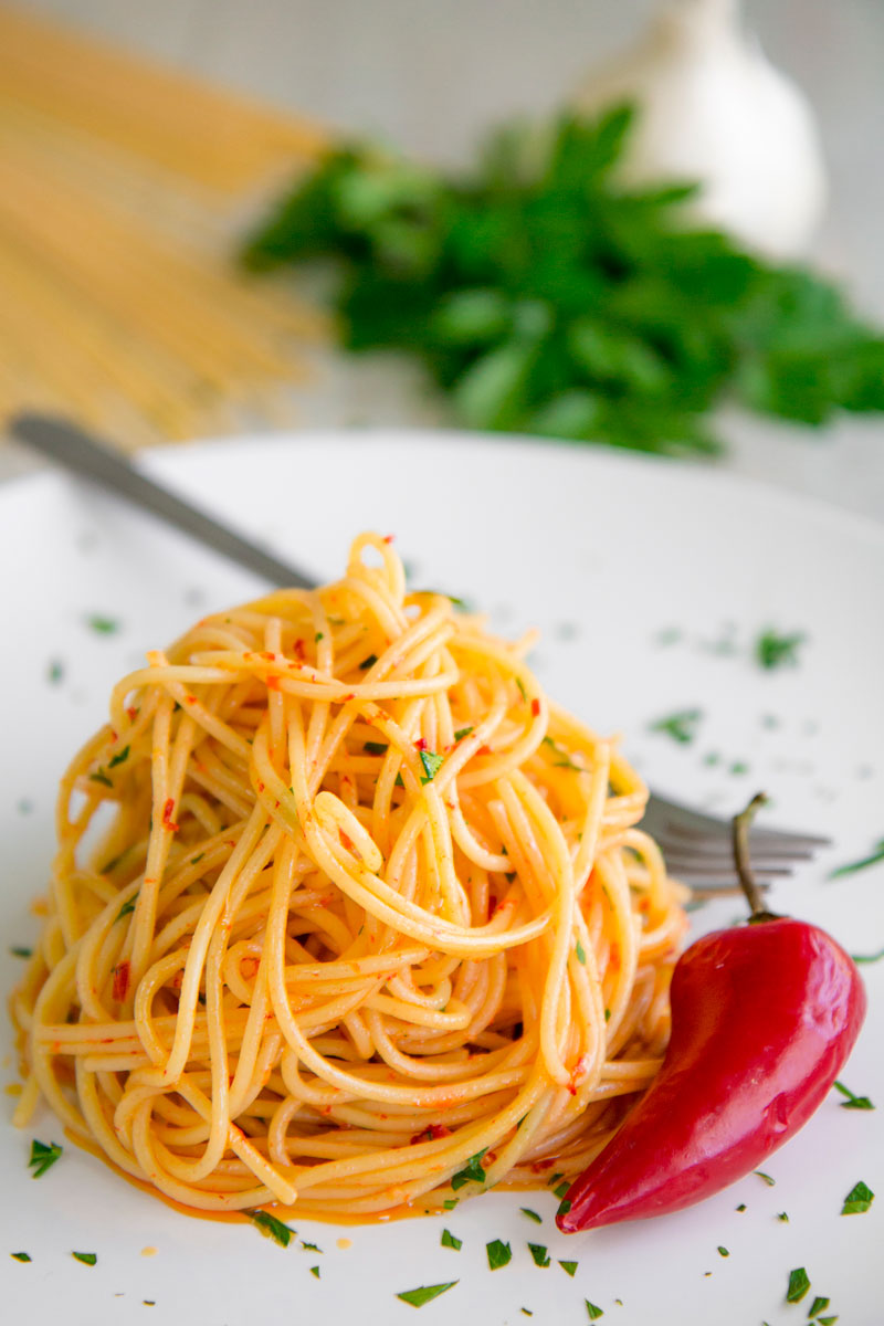 AGLIO E OLIO RECIPE - Neapolitan spicy spaghetti with garlic and olive oil
