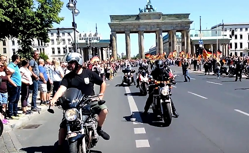 biker f r deutschland demonstrieren in berlin antifa. Black Bedroom Furniture Sets. Home Design Ideas