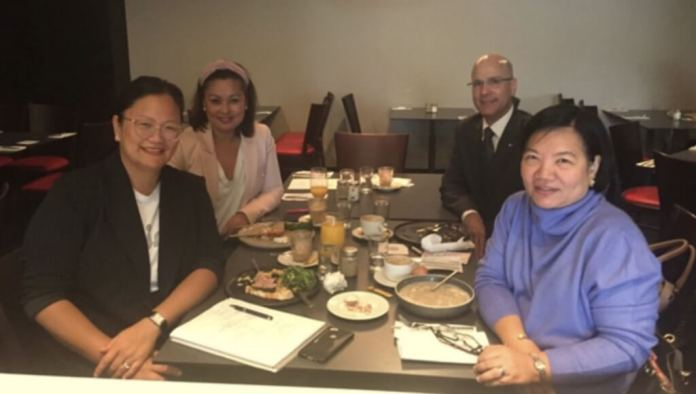 H.E. Ma. Hellen De La Vega (right) met Entrée.Pinay founders Fides Santos-Arguelles (left) and Grace Guinto and discussed Entrée.Pinay's projects. They were joined by Philippine Honorary Consul in Melbourne Felix Pintado.