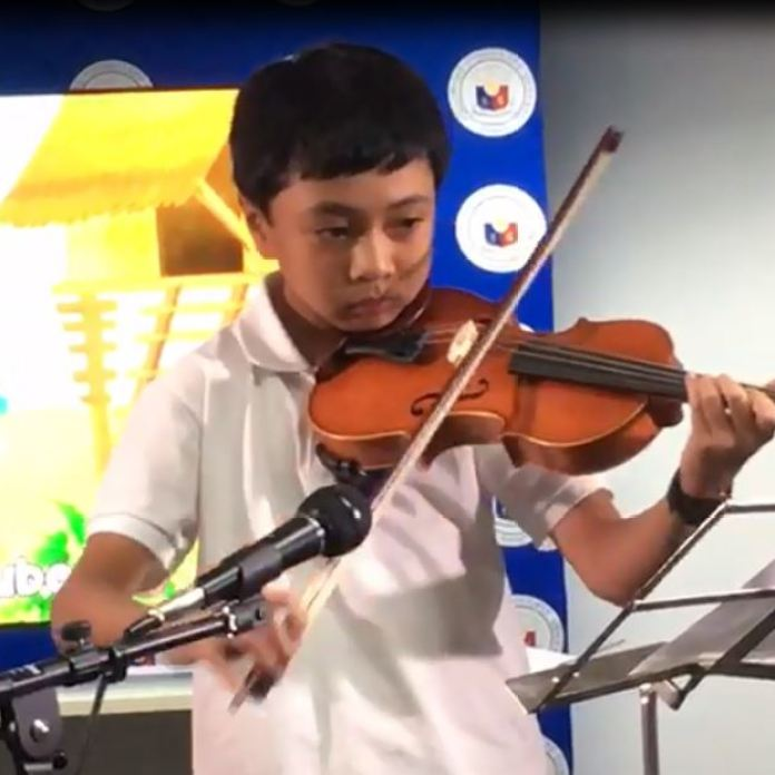Benjamin Paulino with his Violin playing Bahay-Kubo | Photo: Gina Paulino