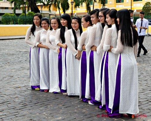 Vietnamese meisjes in ao dai (foto: Pho Vietnam © Kim Le Cao)