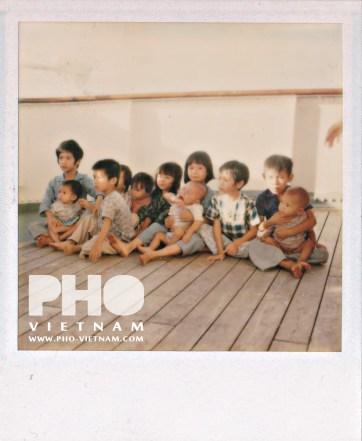 Polaroid van de kinderen op de s.s. Kelletia