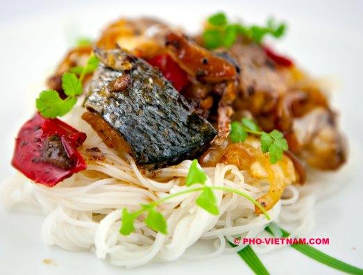 Ca kho met vermicelli (foto: Pho Vietnam © Kim Le Cao)