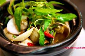 Schelpen met Rau ram (foto: Pho Vietnam © Kim Le Cao)