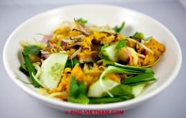 Banh xeo uit een bord eten (foto: Pho Vietnam © Kim Le Cao)