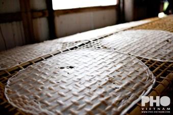 Rijstpapier ligt te drogen (foto: Pho Vietnam © Kim Le Cao)