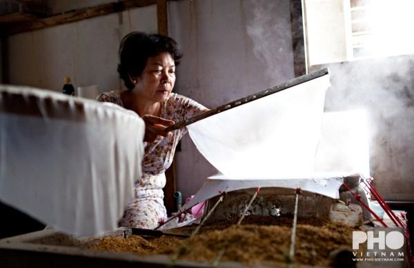 Rijstpapiermaker (foto: Kim Le Cao © Pho Vietnam)