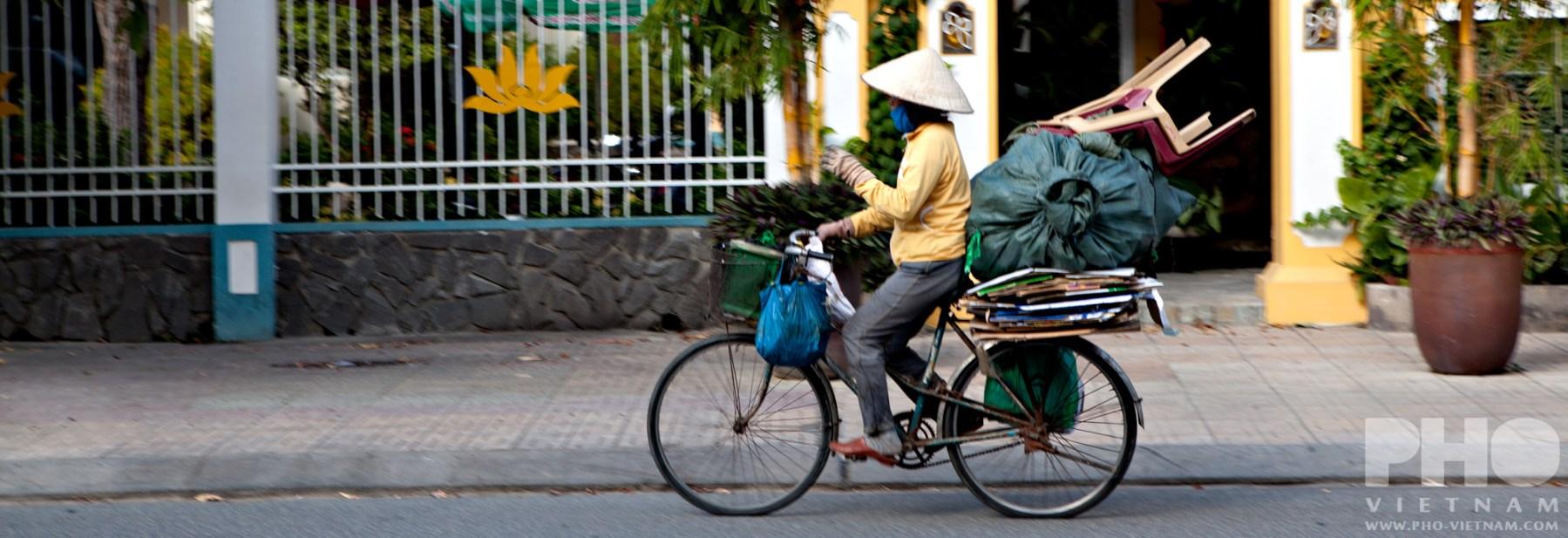 Vrouw op fiets (foto: Pho Vietnam © Kim Le Cao)