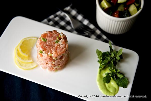 연어 타르타르 만들기 입니다. 보통 서양식의 스타터로 테이블에 올리자면 제가 만든 양으로 2인분이 가능하겠지만, 점심 식사로 간단하게 하자면 샐러드 약간과 함께 해서 1인분으로 하면 든든 할것 같아요.  http://phoebescafe.com/salmon_tartare_ko/
