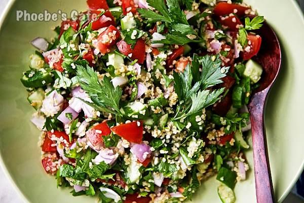 아랍 샐러드 타불레 레시피, 타블레 샐러드 (Tabbouleh or Tabouleh)라  불리는 중동 지역의 샐러드입니다. 올리브유와 레몬즙으로 뭔 맛이 그리 좋겠어 하시지만 드셔보시면 이런 감칠 맛을 쉽게 만들 수도 있는 거구나... 하시며 놀라실거예요. http://phoebescafe.com/tabbouleh_ko/