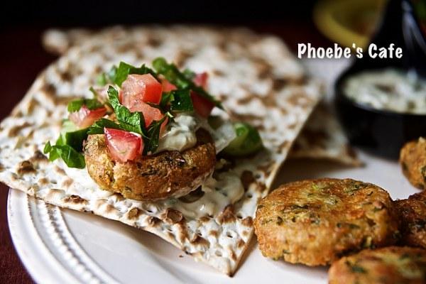 중동 지역이나 그리스 지역에서 많이 먹는 병아리 콩이나 파바콩 갈아서 패티로 만들어 튀겨낸 고기 대용 음식입니다. 마트에서 파는 병아리콩 통조림을 사다가 만들었어요. 병아리 콩이 몸에도 좋다고 하니 만들어 보세요. http://phoebescafe.com/팔라펠/