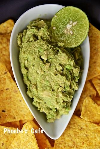 구아카몰은 남편이 멕시칸 음식을 좋아해서 자주 만듭니다. 샐러드에 넣어도 좋지만 대개 저희는 구아카몰을 만들어 또띠아 칩을 찍어 먹기도하고 화히타나 랩 종류, 샌드위치에도 넣어 먹지요.  http://phoebescafe.com/구아카몰/