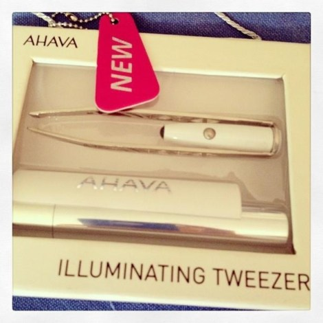 This tweezer comes with an illuminator light and a chic carrying case! How cool is this?