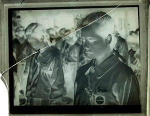 1945年 大東元 《敗戦の玉音放送に泣く女子挺身隊員》割れたガラス乾板