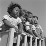 1948年頃 吉田 潤『戦後フォーカス293』《日向ぼっこする孤児たち》:エリザベス・サンダース・ホーム