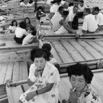 1957年 緑川洋一『おちょろ舟の女たち』《停泊した船へむかう女たち》