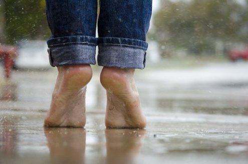 pieds nus sous la pluie autre façon de photographier la pluie