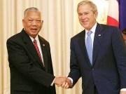 Former Thailand prime minister Samak Sundaravej with former US president George W. Bush. White House photo by Chris Greenberg