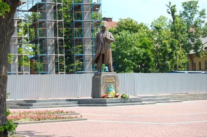 Пам'ятник Степану Бандері у Львові на площі Кропивницького біля Собору святих Єлизавети і Ольги