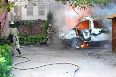 У дворі на вулиці Дорошенка, 31 згоріла стара газелька.