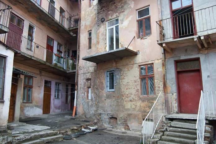 Дворик будинку у Львові на вулиці Залізничній,48