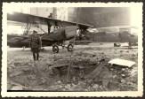 Львів, німецький офіцер всередині пошкодженого ангару літака, вересень 1939 року