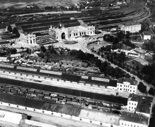 фоо початку 40-х бо ліве крило вокзалу ще розбомблене, а другий поверх ще не надбудовано
