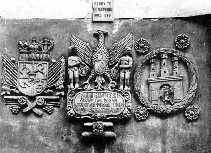 Герби на стіні міського арсеналу у Львові на вулиці Підвальній, фото початку ХХ століття