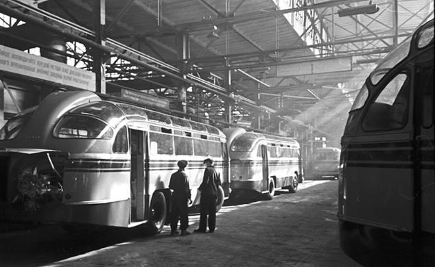 Львів 1950-ті роки. ЛАЗ (Львівський автобусний завод). У лютому 1956 року, був побудований перший автобус ЛАЗ, і названий ЛАЗ 695