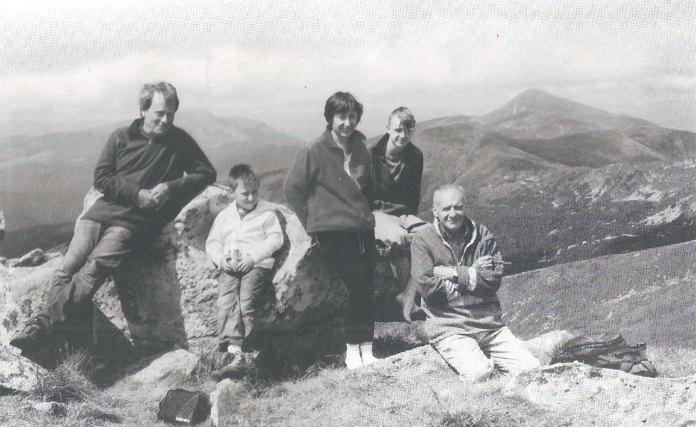 Вершина  Гутин-Томнатика,  праворуч  Говерла. Родина Грінів (Артур, Антон, Соломія, Теодор) і Богдан Сорока, 2011.