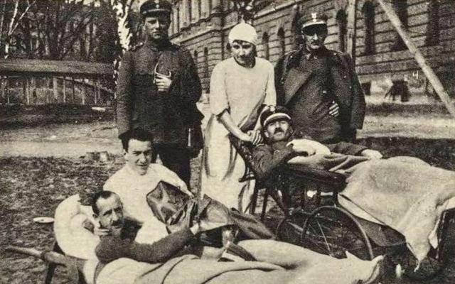 Поранені польські військові у подвір'ї Політехніки, позаду проглядається місток Тульє, 1919 рік