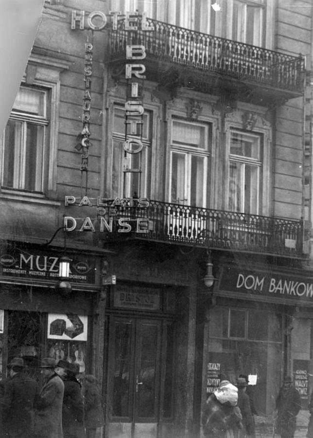 Вертикальна світлова реклама готелю Брістоль на вул. Легіонів (нині - пр-т Свободи ), фото до 1939 року