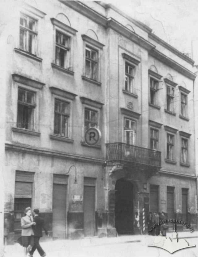 Нинішня вулиця Менцинського, другий вхід до пасажу Грюнерів, фото 1950 року
