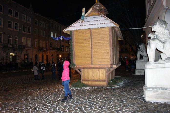 Різдвяна шопка на площі Ринок біля входу в Ратушу, 2015 рік