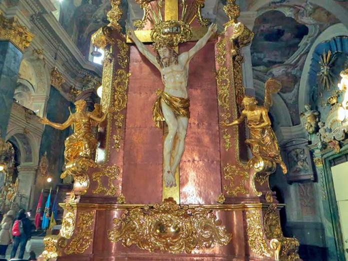 Відновлений вівтар Розп'яття Ісуса Христа Гарнізонного храму свв. апп. Петра і Павла у Львові