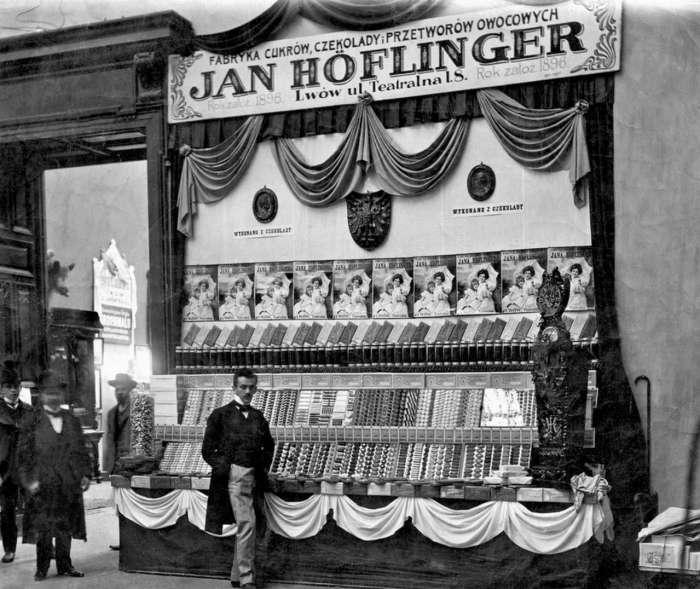 Вітрина кондитерської фірми Яна Гефлінгера на ярмарку краєвих виробів в Палаці мистецтв, 1908 рік