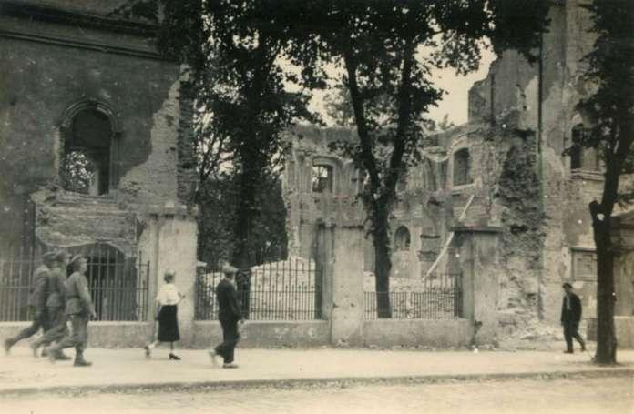 Вул. Коперникана фоні церкви Св. Духа, в яку влучила авіабомба