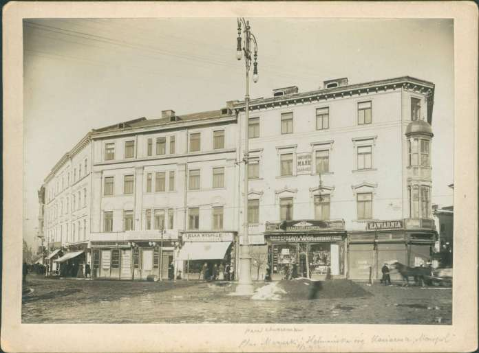 """Давній будинок Понінського ( нині пр - т Свободи ), 1910 рік. Тут в кав'ярні """"Монополь"""" збиралися молодомузівці"""